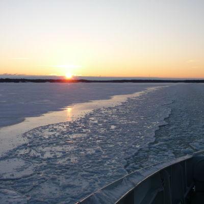 Bild på förbindelsebåtsfarled under vintertid.