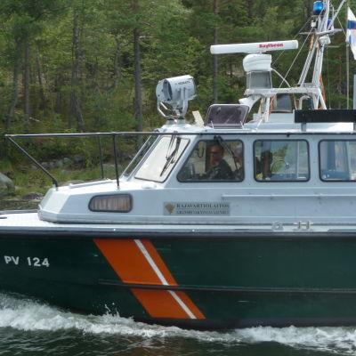 Sjöbevakarna åker förbi en brygga på Pörtö.