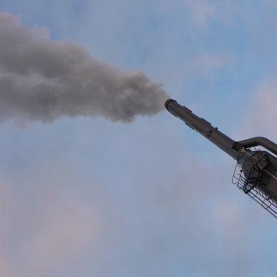 Skorstenen vid biovärmeverket i Pargas.