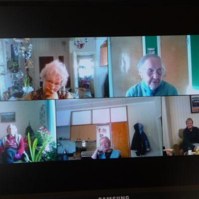 Äldre människor umgås med vårdare och varandra via nätet