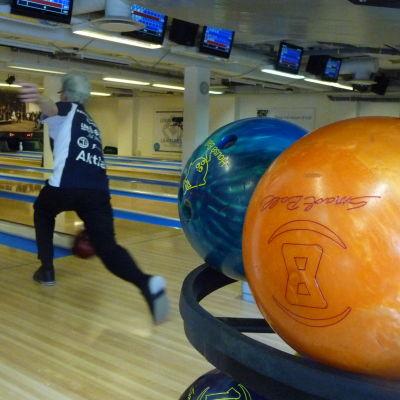 bowlingspelare och bowlingklot