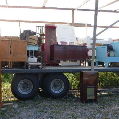 Lastbilsflak med föremål som ska auktioneras ut i Kirjais år 2013.