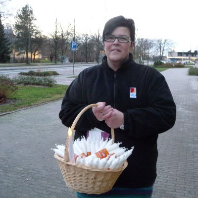 Monica Hedström-Järvinen delar ut ljus i Pargas centrum i dag.