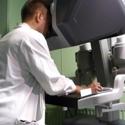 Läkare använder robot vid operation