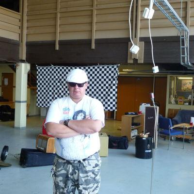 Janne Smeds står i den inbrottsdrabbade övningslokalen