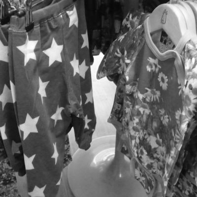 Svartvit bild på barnkläder