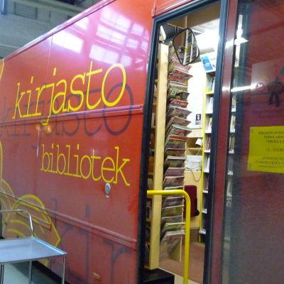En av Åbos två bokbussar i garaget på Amiralitetsgatan.