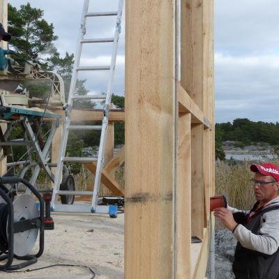 Simon Eriksson och Ville Holmström bygger sommarstuga i Hitis skärgård
