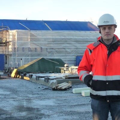 Sancons vd Peter Rosenholm står framför radhusbygget i Närpes.