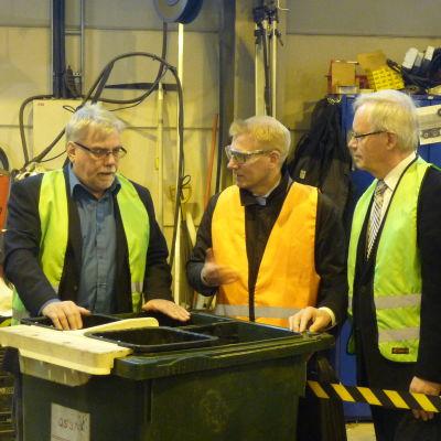 Martin Enholm förklarar för Kimmo Tiilikainen och Kurt-Erik Nordin hur en flerfacksbil fungerar.