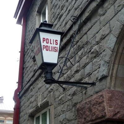 ingången till polishuset pryds av en gammal lykta.