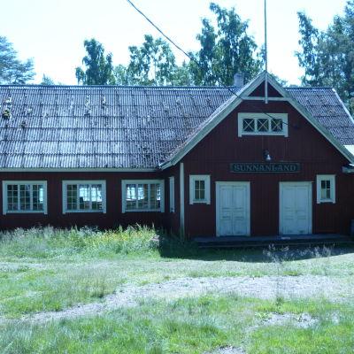 Rött gammals föreningshus Sunnanland på Högsåra i Kimitoön.