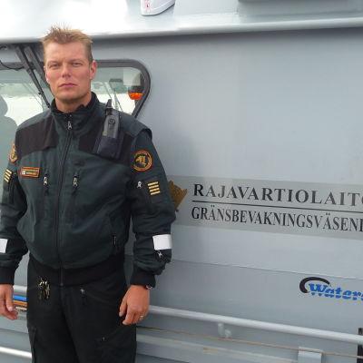 Sjöbevakningsmästare Michael Nordlund på Vallgrunds sjöbevakningsstation.