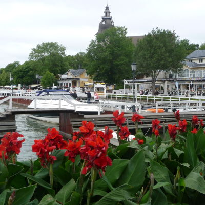 Blomsterplanteringar i Nådendals gästhamn.
