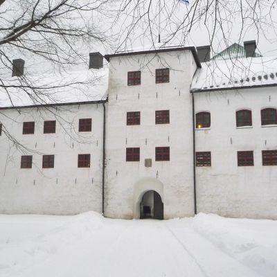 Åbo slott med sin vitrappade förborg i vit snöskrud.