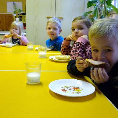 Dagisbarn äter mellanmål.