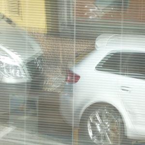 bilar speglar sig i fönster