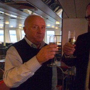 Umeås kommunstyrlseordförande Lennart Holmlumd och Vasas stadsdirektör Tomas Häyry skålar efter den första resan med Wasa Express till Umeå.