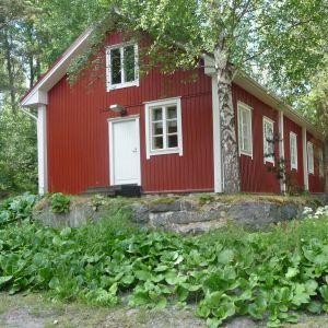 Butiksbyggnaden i Skinnarvik. Numera använder armén det som kontor.