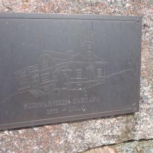 Minnesplatta över Skinnarviks herrgård. Militären brände ner herrgården 1994 eftersom den var i dåligt skick.