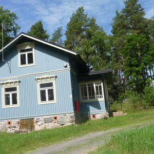 Fru Nordlund, en stor dam med vita handskar, bodde här på 1950-talet. Numera övernattar arméns gäster i huset.
