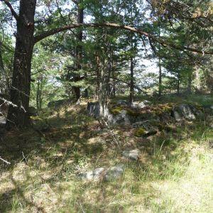 Mitt inne i skogen finns resterna av ett kapell.