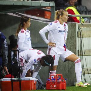 Ada Hegerberg odottaa kentälle pääsyä.