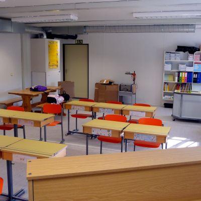 Klassrum i barackskolan i Petalax