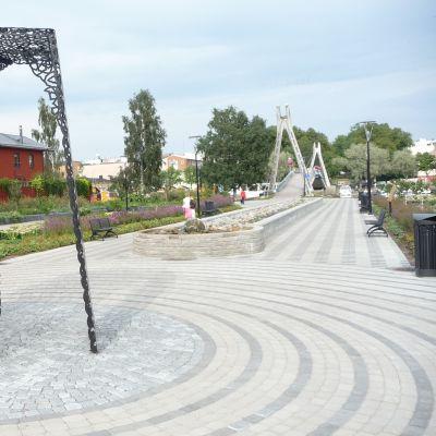 I August Eklöfs park på västra åstranden i Borgå finns en triptyk till minne av Borgå lantdag. Design: Ylva Holländer och Kirsi Kaulanen.