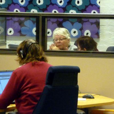 Inger Marklund bekantar sig med jobbet som sjukrådgivare.