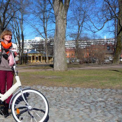 Ann Sundholm med sin konstcykel