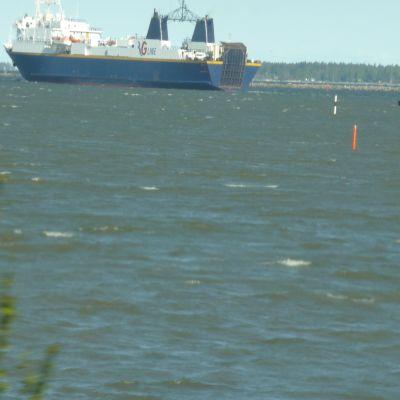 RG1 på väg ut ur Vasa hamn.