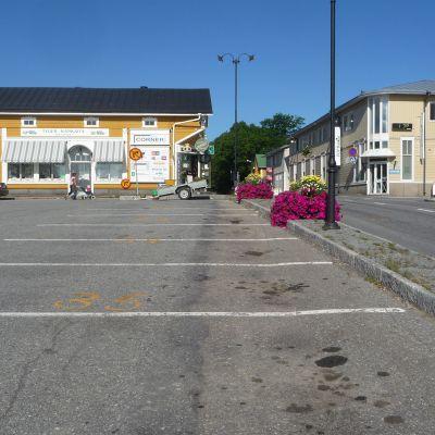Bara färgen på torget avslöjar att det snart är sommarmarknad.