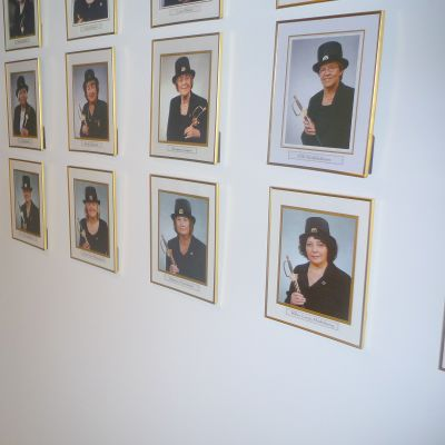Katie Eriksson vid fotona av alla 44 doktorer i Vårdvetenskap.