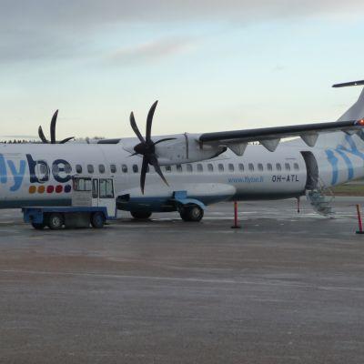 Passagerare på väg till flygplan på Vasa flygfält.