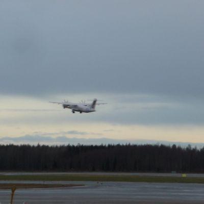 Flygplan som lyfter från Vasa flygplats.