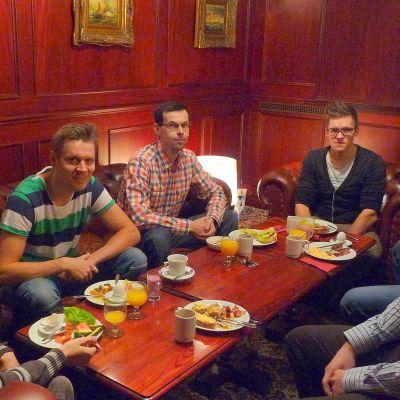 Markus Nylund, Niklas Leinonen, Stefan Norrgård, Jens Lindstedt och Simon Smeds deltog i Folkhälsans pappafrukost