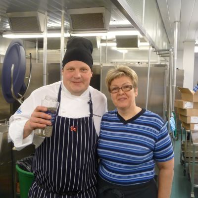 Kocken Michael Björklund och Kosthållsföreståndare Lilian Norrgård i Korsholm