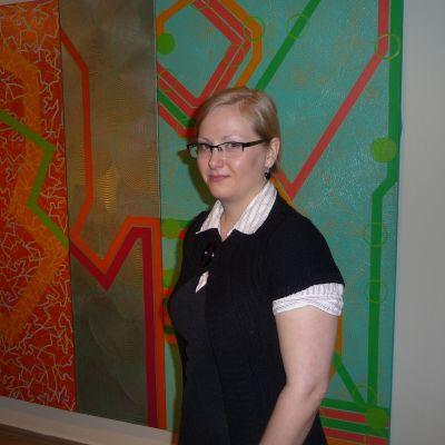 """Amanuens Pamela Andersson vid Mari Rantanens målning """"Move Over"""""""