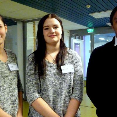 Merkonomstuderande Emma Tikkala, Josefin Nordgren och Christian Huhtamäki