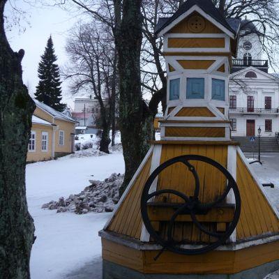 En av de gamla brunnarna framför rådhuset i Kristinestad.