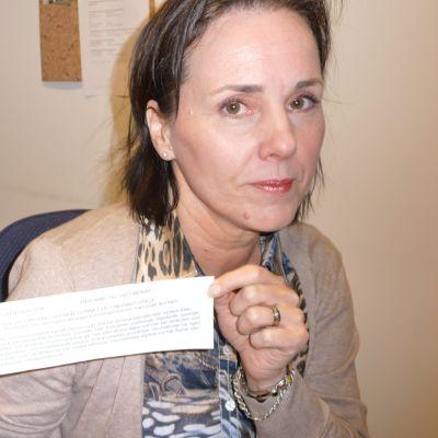 Annemarie Södergård visar upp lappen som till slut fick henne att reagera.