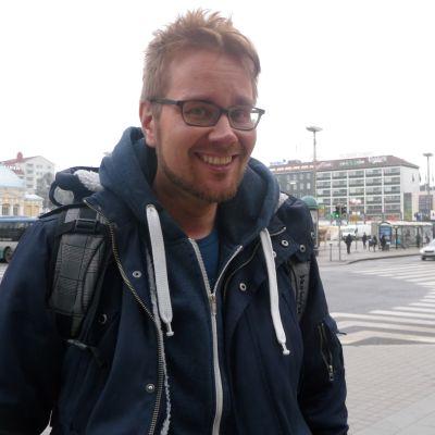 Erkki Kuronen är positivt överraskad över de finskspråkiga elevernas intresse för svenska.