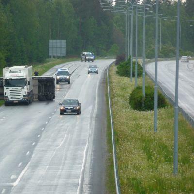 Långtradare i diket vid motorvägen i Vasa