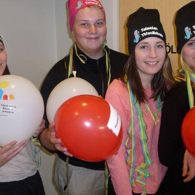 Niina Mäkipelto, Olli Vuorela, Milla-Nella Suni ja Hanna Suni ovat iloisia yläkoulun säilymisestä.