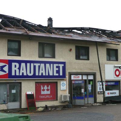Järnaffär och bostäder förstördes i brand