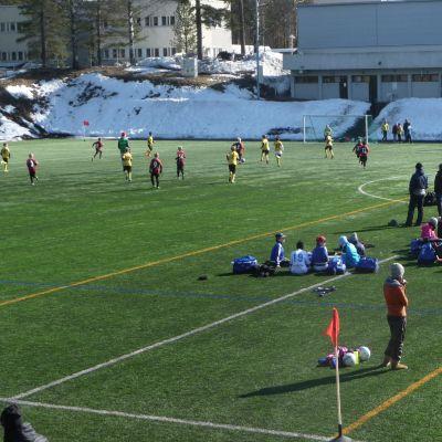 Junorien jalkapalloturnaus Lappeenrannan ammattiopiston kentällä.