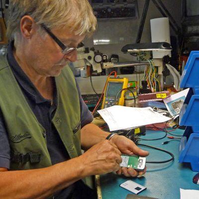 Kuhmolainen Olli Salminen korjaa muun muassa kännyköitä.