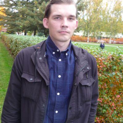 Suomen Vastarintaliikkeen perustaja ja entinen johtaja Esa Holappa auttaa radikalisoituneita irti ääriliikkeistä