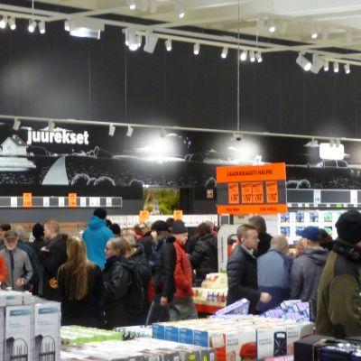 Asiakkaita tutustumassa Kuopion Haapaniemelllä olevaan Lidl-myymälään